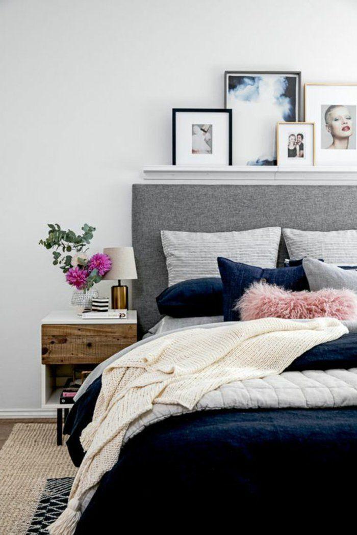 Graues Bett, Viele Kunstfotos Auf Leiste Eine Vase Auf Dem Nachttisch Schlafzimmer  Grau
