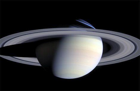 土星とその環  この土星の合成画像は、2時間をかけて撮影された合計126枚の画像を使用して構成されている。 2004年10月6日に土星探査機カッシーニが、土星から約630万キロの距離から撮影した。カッシーニは、環に囲まれたこの惑星を探査する4年間の任務に就いていた。