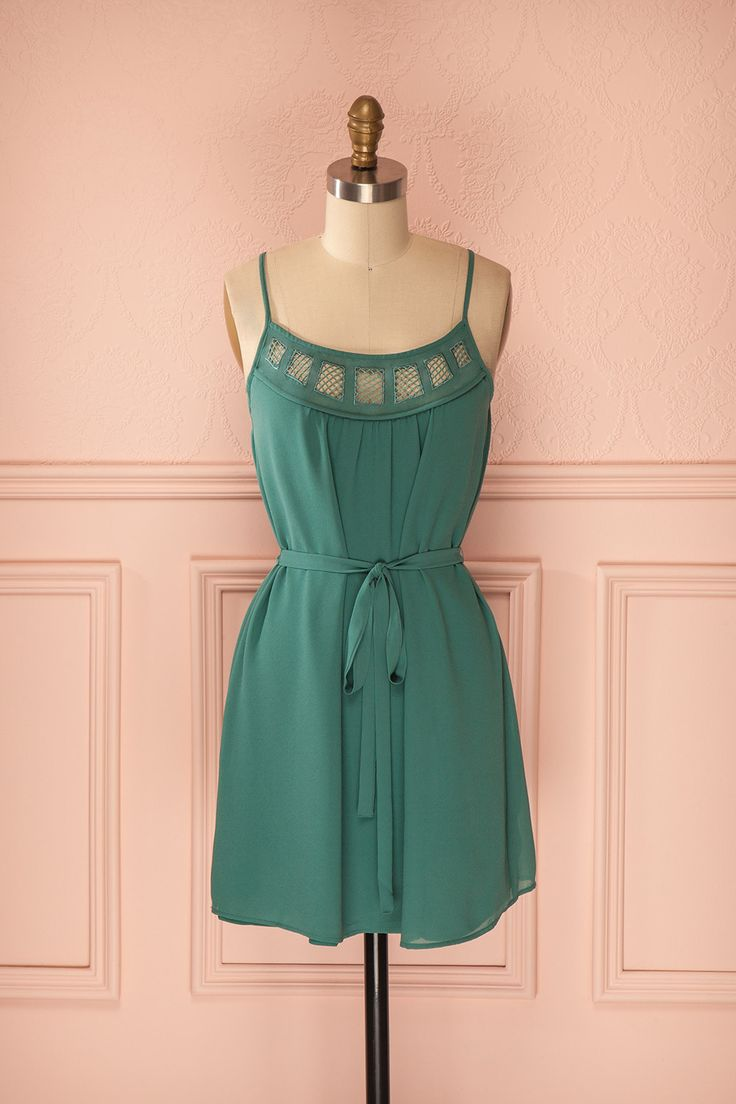 Irmy Pine ♥ La simplicité soulignée d'une taille cintrée, voici la recette de l'aisance fluide !   Simplicity highlighted by a cinched waist, here is the secret of flowy ease !