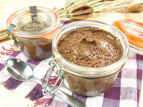 Mousse au Chocolat Rezept1. Püriert anderthalb Avocados. 2. Schmelzt 50 g dunkle Schokolade (mit mindestens 70 % Kakao), gebt 3 TL Kokosmilch hinzu und verrührt die Masse gleichmäßig. 3. Gebt sie zum Auskühlen und Servieren in kleine Gläser und garniert die Mousse au Chocolat mit Schokoraspeln.