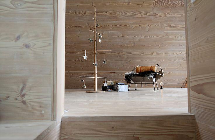 Dansk designet multimøbel som er stumtjener, juletræ og sofamøbel i et. Her som juletræ. 2 meter højt i eg.