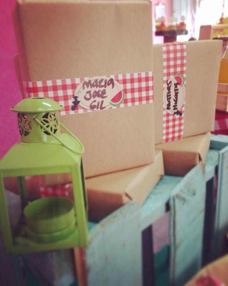 Empaque de regalos en kraft con detalle picnic