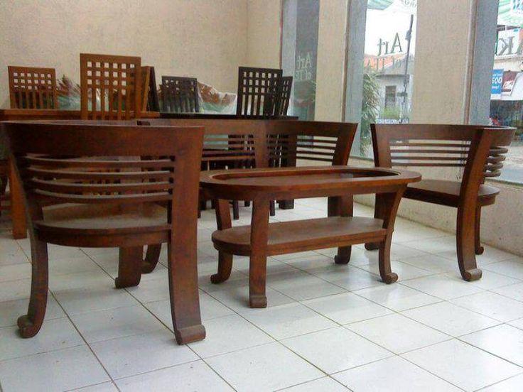 Set Kursi Tamu Cantik R-16AU terbuat dari material kayu jati bagus sehingga memiliki konstruksi kuat cocok mempercantik ruang tamu rumah anda.