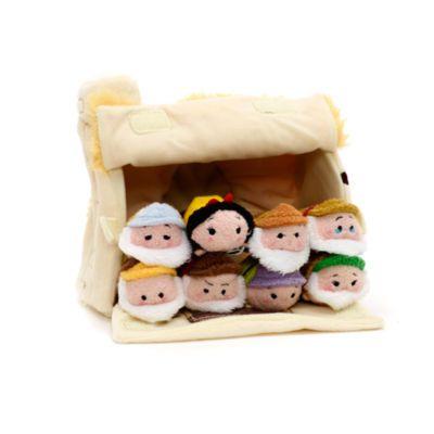 C'est toute une collection d'adorables peluches Tsum Tsum qui résident dans cette chaumière! Confectionnée en textile doux, avec un toit imitation chaume, elle abrite les versions micro Tsum Tsum de Blanche Neige et de chacun des Sept Nains.