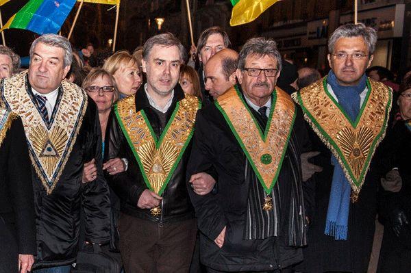 Daniel Keller (à droite), Grand-Maître du Grand Orient de France, a rejoint le cortège. (Photo Brahim Drici).
