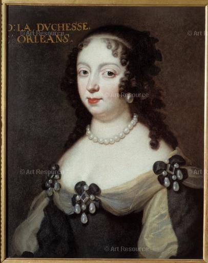 """23- Liselotte von der Pfalz. -§ E. CHARLOTTE DE BAVIERE: ..ce dernier, Mademoiselle de Blois, que son fils Philippe a épousée, elle écrit: """"Ma belle-fille ressemble à un cul comme deux gouttes d'eau"""". Elle s'est d'ailleurs fortement indignée de ce mariage, Mademoiselle de Blois, bien que fille légitimée du roi, était issue de l'union doublement adultérin de ce dernier avec Madame de Montespan. D'après le duc de St Simon, elle serait allée jusqu'à gifler son fils sous les yeux de toute la…"""
