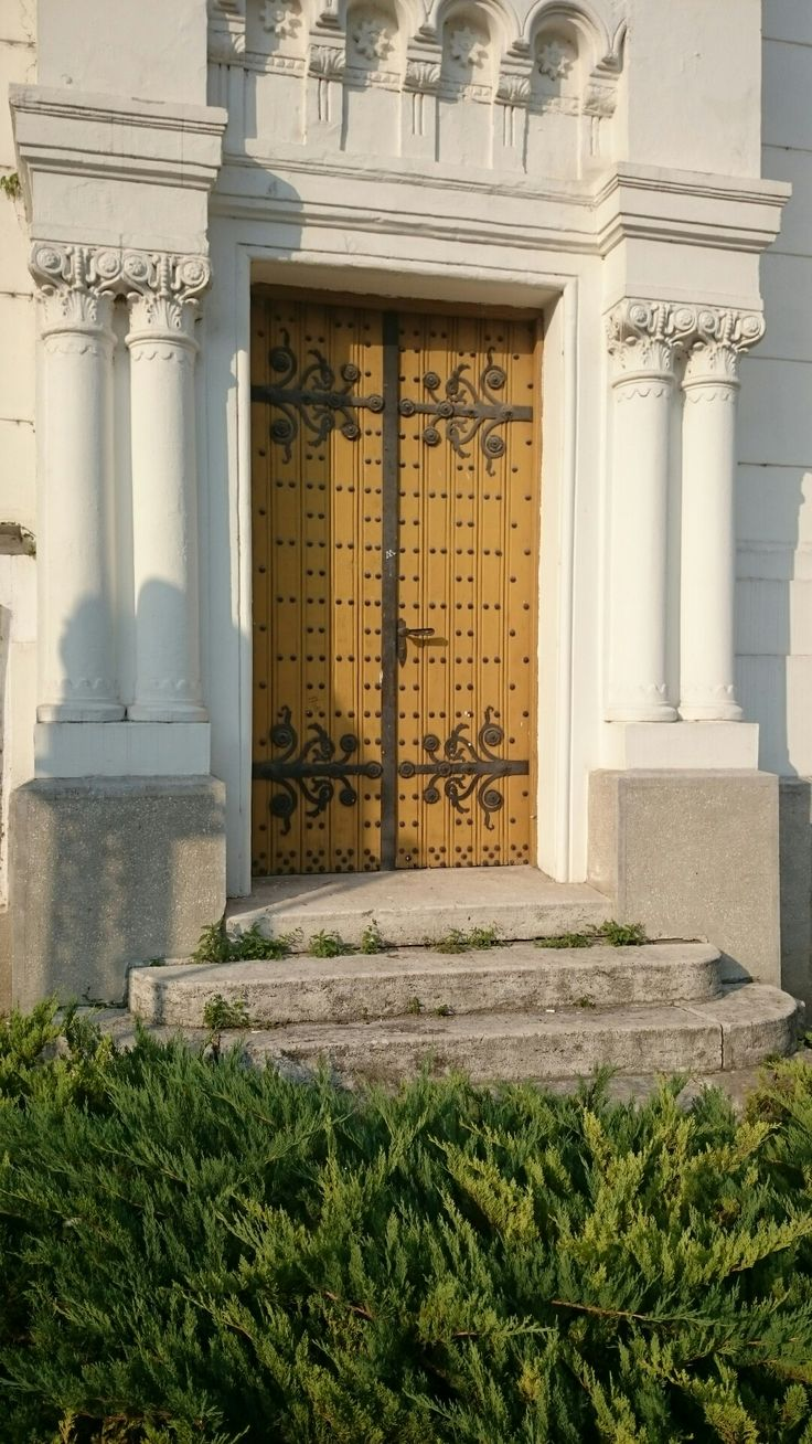 The House of Science and Technics (then synagogue) in Kecskemét, Hungary, wood door