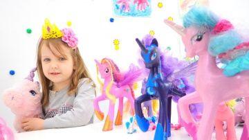 Игры для девочек: Май Литл Пони смотреть видео для детей. Игры Май литл пони игрушки http://video-kid.com/17909-igry-dlja-devochek-mai-litl-poni-smotret-video-dlja-detei-igry-mai-litl-poni-igrushki.html  Видео для детей с игрушками My little pony! Игры для девочек Май Литл Пони, пони игрушки, игры май литл пони! Смотри, здесь все игрушки Мой маленький пони: Пинки пай, Рарити, Селестия, Радуга, Флаттершай и другие mine little pony! Пони дружба это чудо! Смотри больше игрушек в плейлисте…