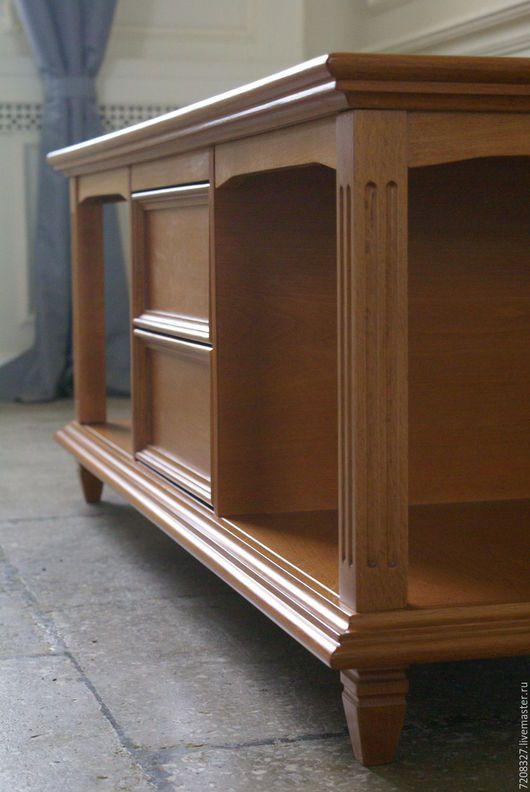 Невысокий стол из массива бука. Имеет два выдвижных ящика и два открытых отделения для хранения сувениров, книг, газет. Изделие покрыто качественным итальянским лаком. На широкой и просторной столешни