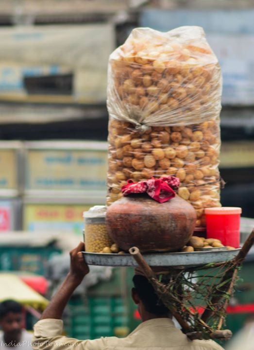 A gol gappa (paani puri) vendor carrying his wares on his head through a busy street. #streetfood #snacks #delhi