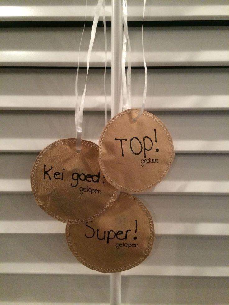 Zelfgemaakte medailles als uitdeelkado (40 stuks in totaal...) voor de Avondvierdaagse. Genaaid van koffiefilterzakjes met daarin waterbalonnen.