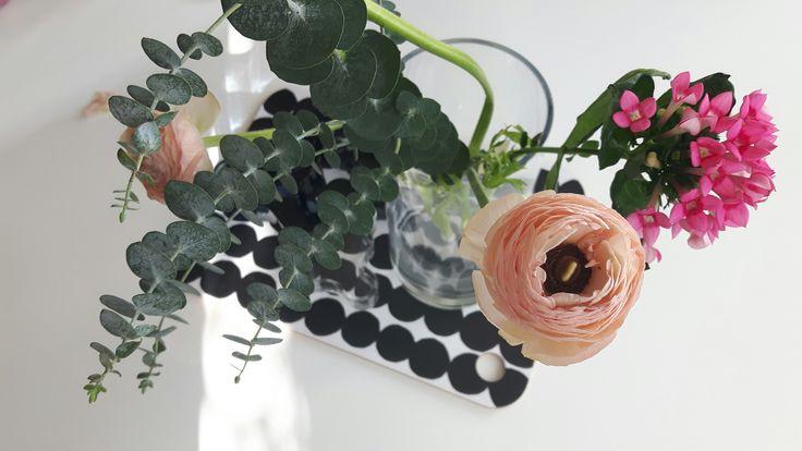 Kukat keittiössä Marimekko eukaluptys ja leinikki
