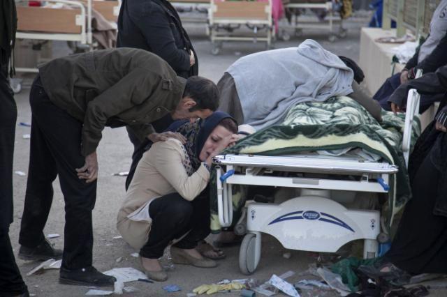 <p>La cifra de víctimas del fuerte terremoto de 7,3 grados en la escala de Richter que asoló anoche la provincia de Kermanshah, en el oeste de Irán, aumentó hoy a 328 muertos y unos 3.950 heridos, según los últimos datos oficiales.</p>