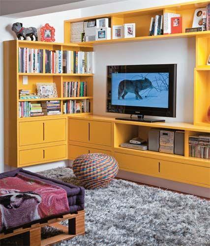 estante amarela para livros, CDs, TV.