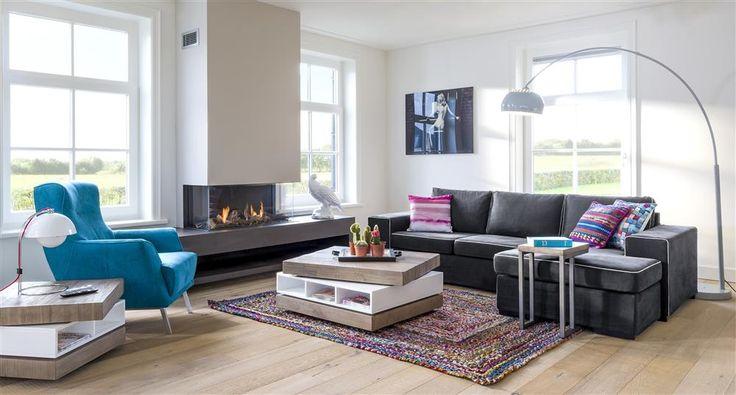 Voici une ambiance à la fois moderne et chaleureuse. Design, les tables à plateau tournant Kozani. Confortable, le canapé Delaware. Envie de se blottir au coin du feu ? Le fauteuil Roskilde apporte la touche de couleur qui fait la différence dans ce salon.