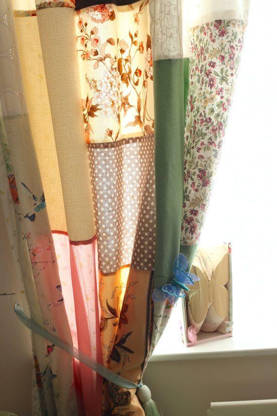 Zoete lappendeken gordijnen gemaakt in een Bohemian/Hippie stijl. Ik heb een mengsel van stoffen, met inbegrip van vintage vondsten, sjaals, kant, katoen en linnen gebruikt. De gordijnen zijn bekleed met een witte katoenweefsel de gordijnen geven een keurige afwerking.  Metingen - kan ik de gordijnen maken uw specificaties.  Tops-kan ik ofwel verzameld top gordijnen, lus tops of oogje gordijnen.  ** Zorg ervoor dat uw venster meten alvorens te bestellen.  Alle gordijnen zijn uniek en wo...
