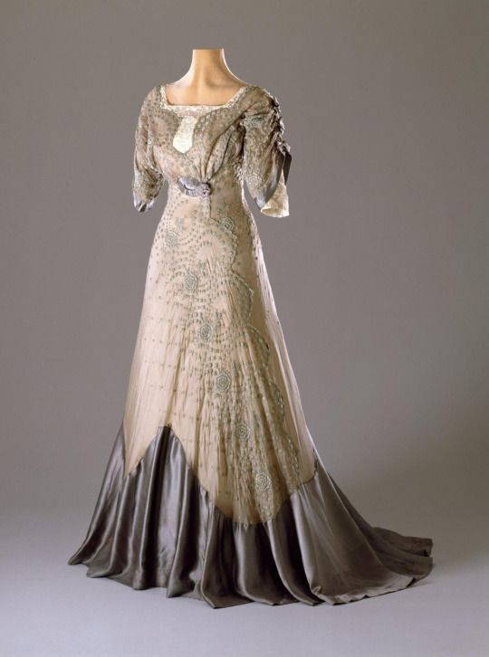 Vitnage Fashion: A divine, silk taffeta and organza Edwardian party dress with embroidered flowers. Circa 1909-11. Photo Credit: Hillwood Estate, Museum and Garden