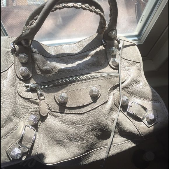 "Balenciaga Giant City Silver Hardware Papyrus 100% Authentic, Pre owned, rare neutral colour, beautiful light grey lambs leather with silver studs + hardware--- Giant 21 Classic City Bag. It has been pre-loved for a few years but I have kept in great condition. Almost no signs of wear on handles. Light wear on two of the bags corners. Not included mirror and dustbag. Feel free to message me with any questions or inquires for additional pictures. Length: 15"", Height: 9"", Depth: 5.75"", Drop…"