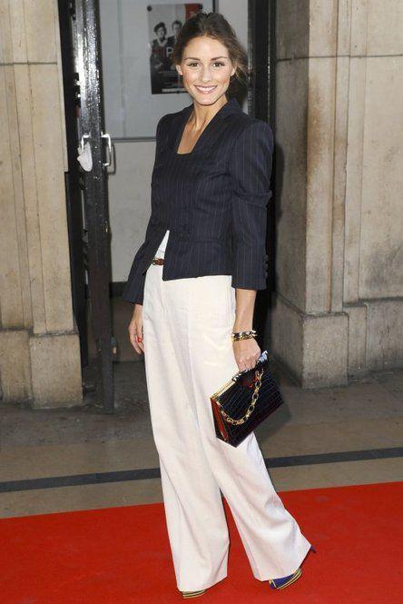 白のワイドパンツは短めのジャケットを合わせ、サンダルが隠れるぐらい丈を長くすれば脚長効果が♪