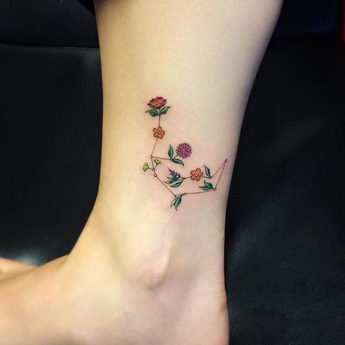 Imagem de tattoo, flowers, and constellation