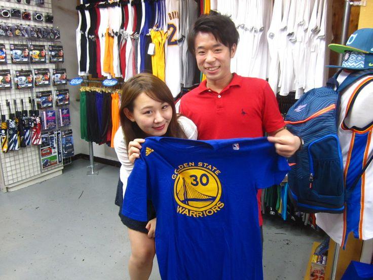 【新宿2号店】2014.07.03 本日めでたく23歳のお誕生日を迎えた彼にカリーのTシャツをプレゼント♪こういうのっていいですね!!とても仲良しなお2人でした!また遊びに来てくださいね(^^)vお誕生日おめでとうございます!!