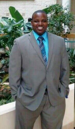 Traje gris claro con camisa turquesa, cautivador atuendo para cualquier galan de tez morena/negra. Ideal para reunion ejecutiva ... Este hombre se ve bellisimo