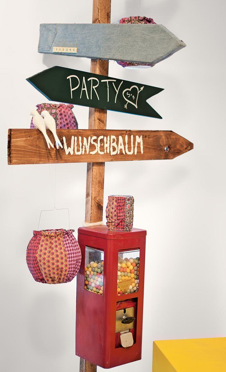 Wegweiser-Schild aus Holz mit Kaugummi-Automat bei www.weddingstyle.de   Foto: von [blickfang] Event Design