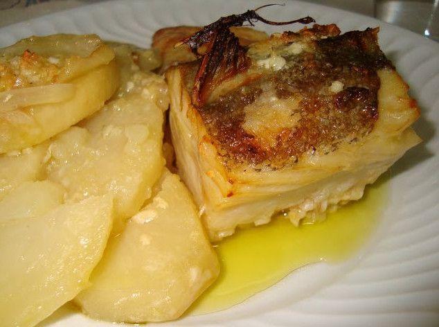 Receita de Bacalhau no forno em cama de cebola e batatas - Receita completa em O Bacalhau no forno já faz parte da nossa culinária, esta é apenas mais uma forma de fazer o bacalhau, sendo necessário apenas bacalhau, cebolas, alhos, azeite, sal e leite.http://www.receitasja.com/receita-de-bacalhau-no-forno-em-cama-de-cebola-e-batatas/#sthash.0Nigoarx.dpuf