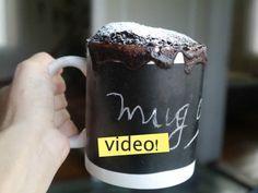 Mug cake de chocolate: una torta que se hace en 3 minutos de microondas a la que al final acabás tomándole mucho mucho cariño. ¡Receta muy fácil!