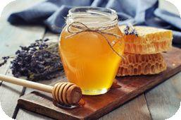 Eine wunderbare Maske ist eine Honig-Gesichtsmaske. Du vermischt je 1 Eßlöffel Bienenhonig, 1 Eigelb und 1 Teelöffel Olivenöl. Im Wasserbad leicht anwärmen und  5 Tropfen doTERRA Lavendelöl dazumischen. Auf Gesicht, Hals und Dekoltee auftragen (Augen aussparen!), 20 Minuten entspannen und einwirken lassen. Danach mit einem feuchten Tuch abnehmen. Honig ist ein natürliches Antibiotikum, lindert Hautirritationen und spendet Feuchtigkeit. Du wirst staunen über deine weiche Gesichtshaut.