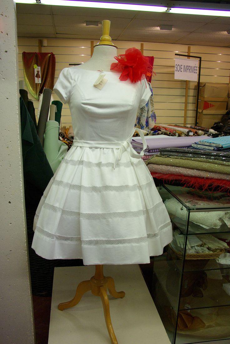 Une sublime robe de cérémonie conçue par un couturier. Disponible au rayon Couture & Haute Couture de votre magasin Ellen Décoration.