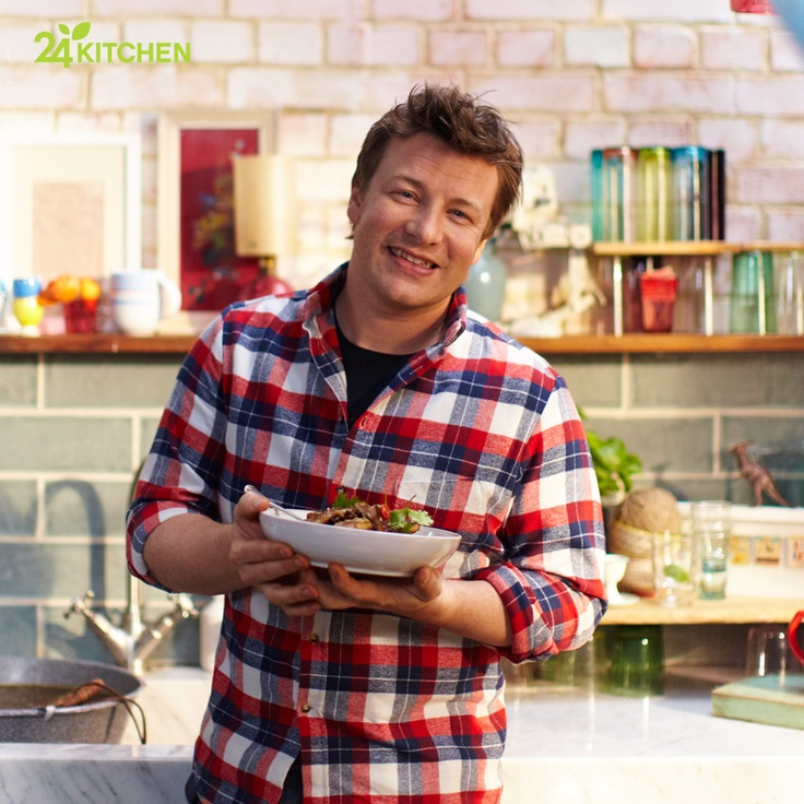 Hafta içi her gün saatler 18:30'u gösterdiğinde, Jamie ve 15 dakikalık pratik yemekleri karşımızda! Jamie bugün mutfağa füme somon ve şahane bir salata hazırlamak için giriyor..