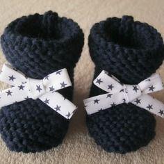 Chaussons naissance bébé tricotés main en laine bleu marine et ruban blanc avec des étoiles bleu marine.
