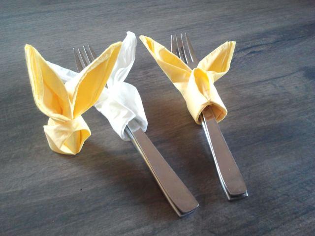 Servietten voor Pasen. Met niet al te grote papieren servietten bestekhoudertjes…