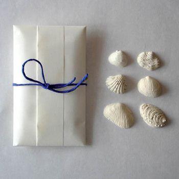 海の色の紐でシンプルにラッピングされた梱包も素敵です。海が大好きなあの人へ、引き出物やちょっとしたお礼にいかがでしょうか?