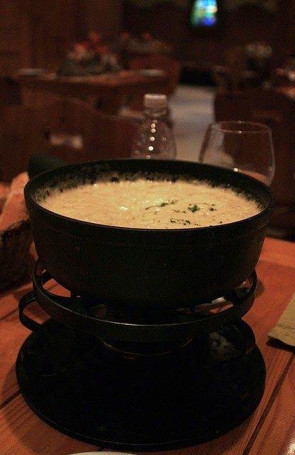 Recette de fondue au vacherin Mont d'Or (AOP) - Une fondue gruyérienne d'inspiration fribourgeoise parfaitement gourmande et délicieuse. Du Mont d'Or préparé comme une fondue savoyarde, les amateurs de fromages vont adorer...