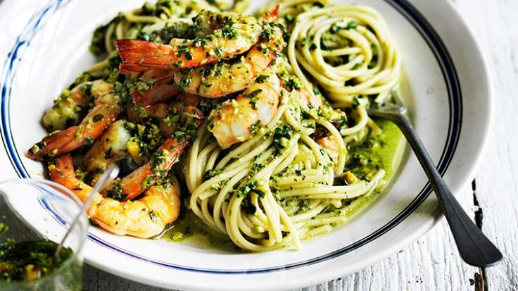 Spaghetti with prawns, basil and pistachios