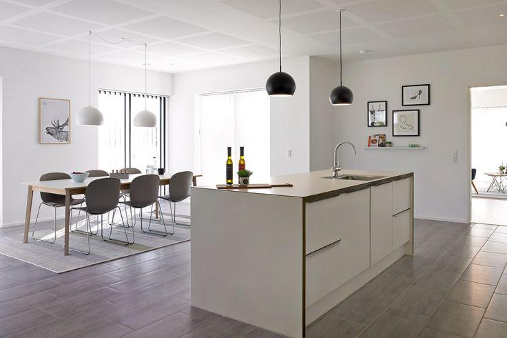 De store vinduespartier i både køkken/alrum giver sammen med den øgede loftshøjde et skønt lysindfald og en pragtfuld rumfornemmelse i husets hjerterum.