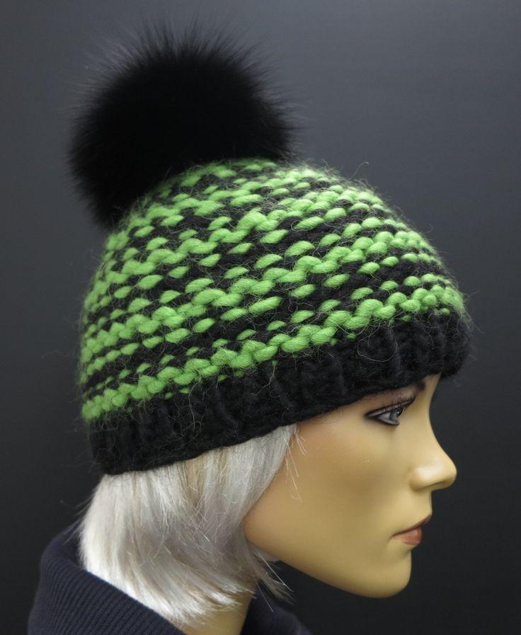 ručně pletená čepice zelená/černá s černou bambulí z pravé kožešiny