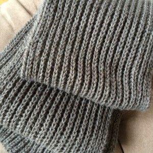 Grand classique du tricot, l'écharpe en côtes perlées, épaisse et moelleuse, est…
