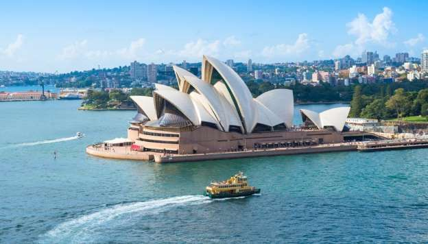 The Sydney Opera House opened in 1973, is still one of the best known and most famous buildings of the 20th century. It is 184 meters long, 118 meters wide and is of incredible 1,100,000 glazed white ceramic tiles bedeckt.Gebäudes. About 14,000 people work in the 2012 Tower opened.