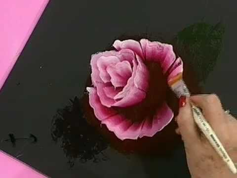 We are preparing for Christmas yet. Mongelos Silvia shows you how to paint a Christmas dish with gold base. Look how to make this amazing rose with acrylics and brushes Monitor Condor