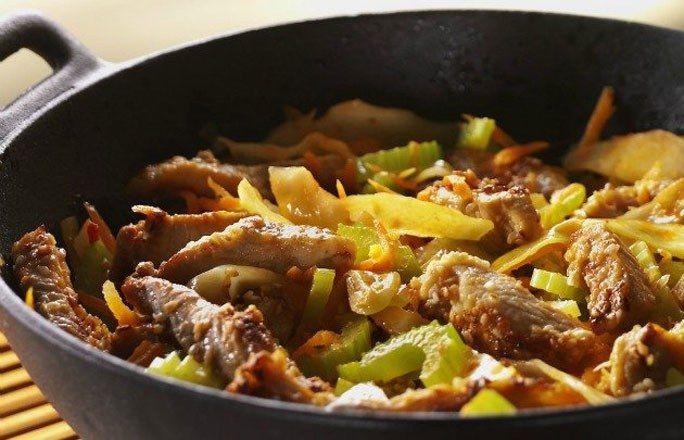 Wok-Gemüse - Abendessen ohne Kohlenhydrate: einfache Rezepte - Zutaten für 4 Portionen: - 4 Putenschnitzel - 8 EL Sojasoße - 4 TL Speisestärke - 2 EL geschälter Sesam - 1/2 Chinakohl - 3 Stangen Staudensellerie - 400 g Möhren - 20 g Ingwer - 6 EL Öl...