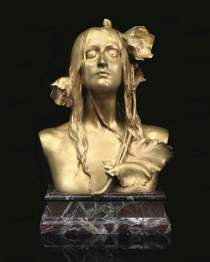 Maurice Bouval (Francia, 1863-1916) - Ofelia, c. 1900. Bronce dorado sobre base de mármol 42.5 x 36 x 18 cm (colección privada)