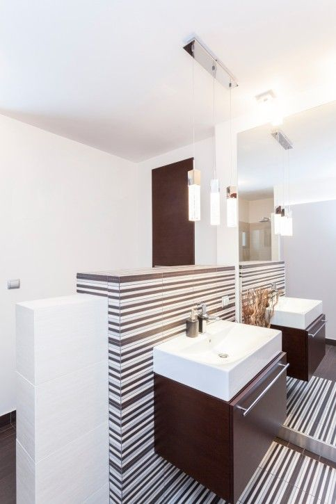 Kleine elegante weiße badezimmer