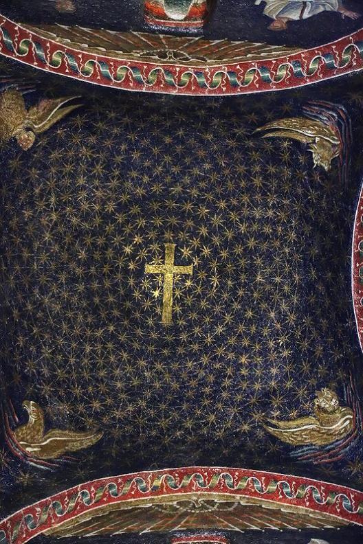 """""""Mosaicos en la cúpula del mausoleo de Gala Placidia"""". En el centro de la cúpula se encuantra una gran cruz, simboliza la naturaleza divina de Cristo. En torno a la cruz giran 570 estrella doradas sobre el azul profundo y oscuro. Parece introducirnos en un universo infinito gracias a la disposición de las estrellas."""