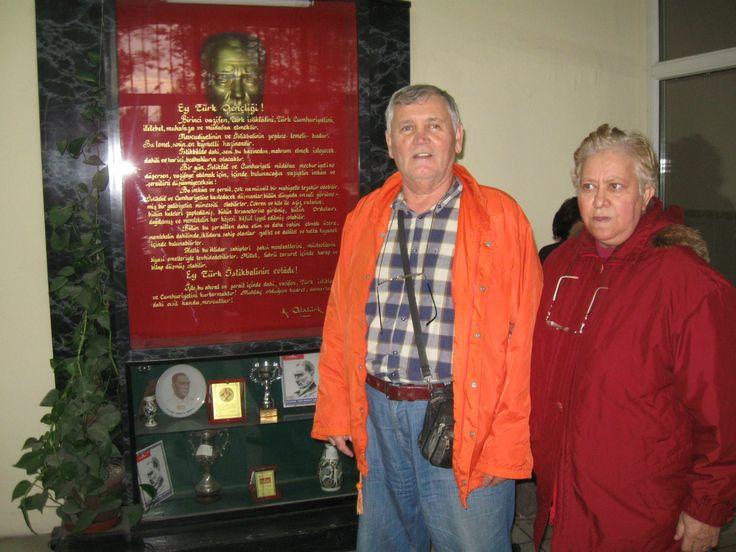 Maden İlkokulu İçerisinde,Atatürk Köşesi önünde-Eşim Süheyla Öztoprak ile birlikte.