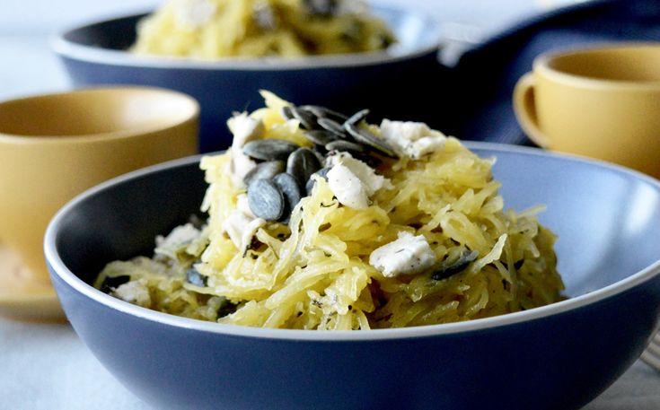 Cette recette crie l'automne! Elle est également végétalienne. J'adore cuisiner la courge spaghetti puisqu'elle fait changement des pâtes habituelles et nous permet d'inclure des légumes à nos plats. Pour un repas complet, j'aime quand même mélanger la courge avec des pâtes. Si vo