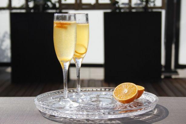 Deze Fizz 43 is een heerlijke cocktail op basis van Licor 43. Door de toevoeging van sinaasappelsap is de cocktail een tikje fris en fruitig met een zoete nasmaak van de Licor 43. Vul de cocktail aan met een lekker Spaans bubbeltje en het genieten kan beginnen. Enjoy!