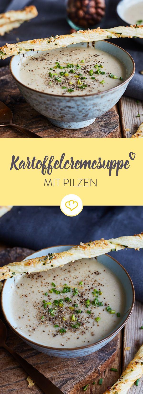 Tunken, knuspern, löffeln - die herbstliche Kartoffelcremesuppe erhält durch aromatische Pilze und feine Knusperstangen eine besonders elegante Note.